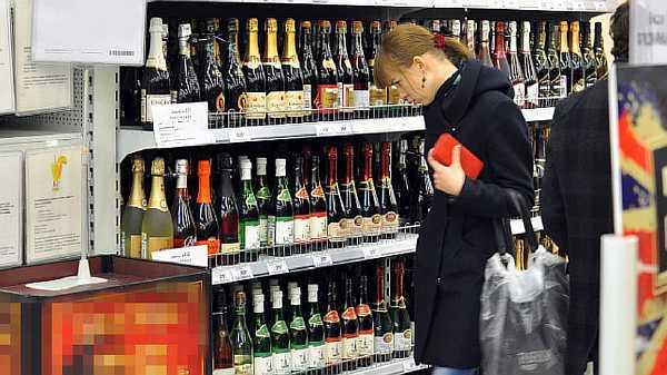 Многих интересует вопрос: Со скольки лет можно покупать водку?