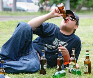 Как пресекается распитие алкогольных напитков в общественных местах?