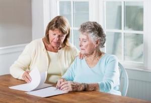 Как оформить уход за стариками за квартиру? Особенности и варианты сделки
