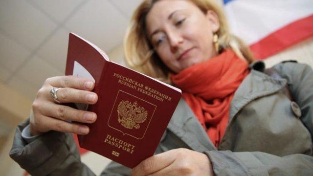Нужно ли менять загранпаспорт при смене фамилии, и как происходит замена
