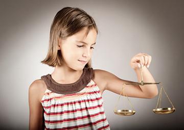 Многие интересуются тем, как при разводе оставить ребенка с отцом