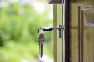 Каждому гражданину полезно знать, со скольки лет можно снимать квартиру