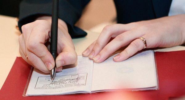 Может ли собственник выписать прописанного человека? Права владельца жилья